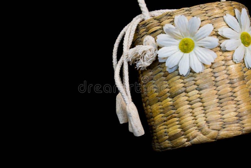 Armure de panier avec la fleur blanche et corde blanche sur le fond noir photographie stock libre de droits