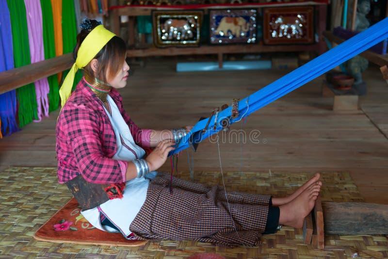 armure Long-étranglée de femme de Kayan Lahwi sur le dispositif traditionnel photo libre de droits
