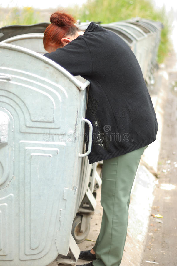 Armut, mittlere gealterte Frau stockfoto