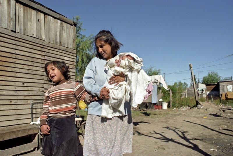 Armut, Mutter und Kinder im Elendsviertel lizenzfreies stockbild