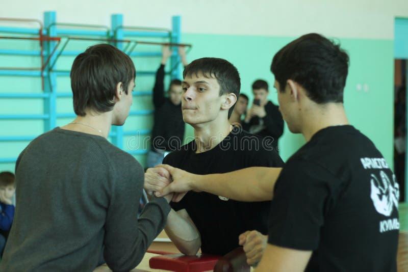Armwrestling entre a estudante fotos de stock royalty free