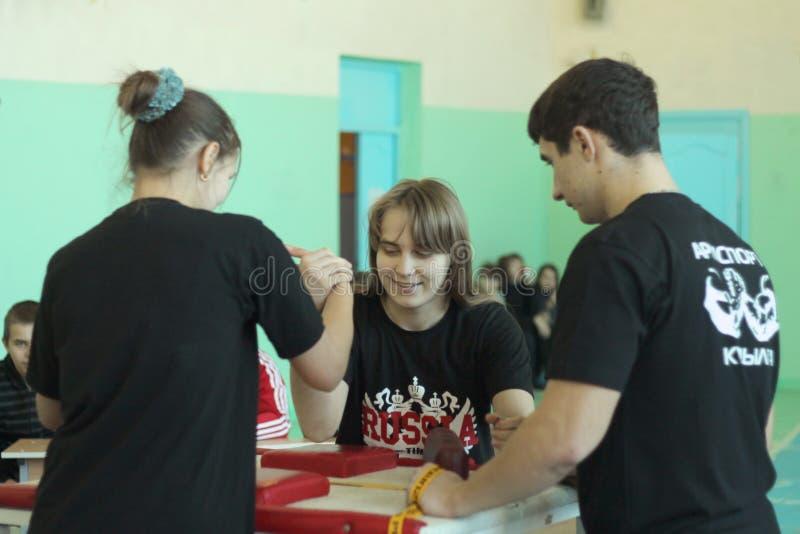 Armwrestling entre meninas foto de stock royalty free