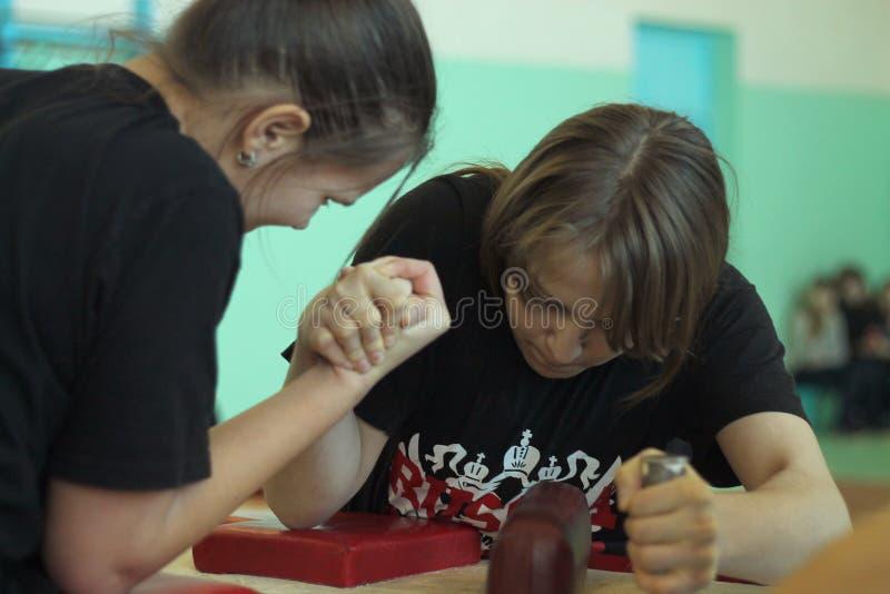 Armwrestling entre meninas fotos de stock royalty free