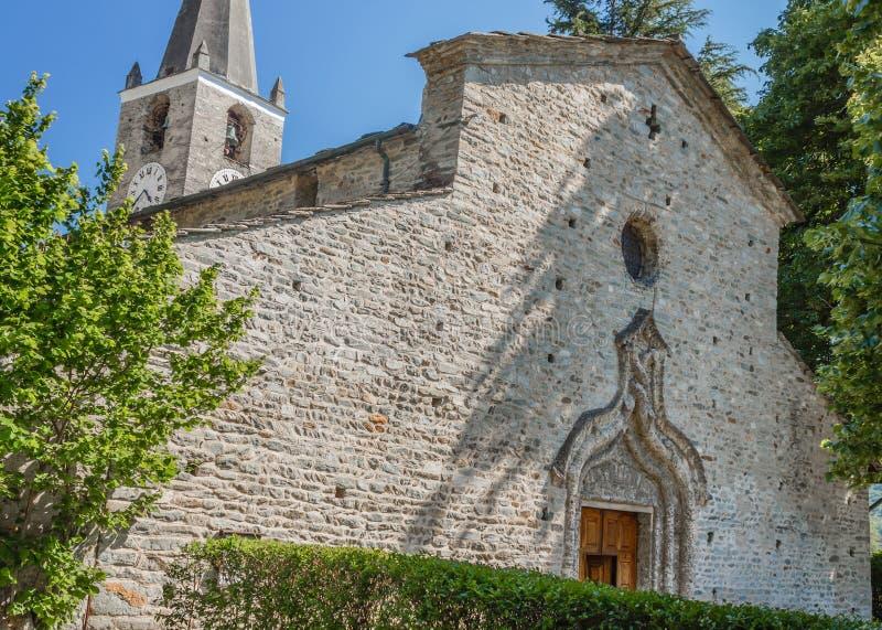 ARNAD, ITALY/AOSTA VALLEY-JUNE 4,2019 La chiesa di pietra di Saint Martin dei 1500s con un arco del tufo che circonda la porta ce fotografia stock