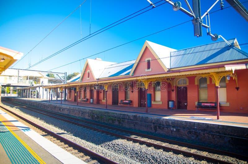 Arncliffe火车站美丽的橙色老设计大厦在阳光天 免版税库存照片