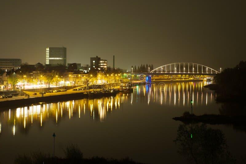 Arnhem aux Pays-Bas, avec John Frost Bridge la nuit photographie stock libre de droits