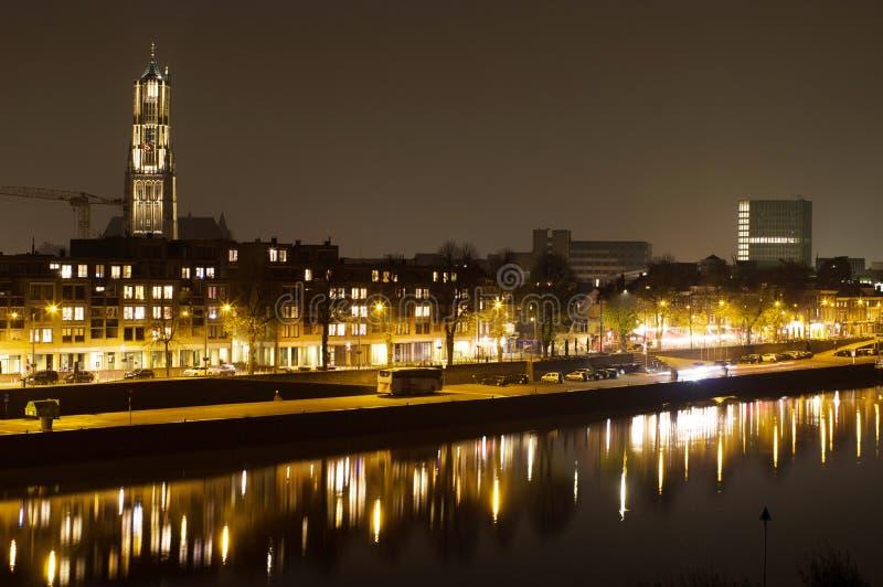 Arnhem i Nederländerna, med kyrkan St Eusebius nattetid royaltyfria foton