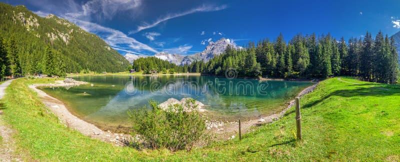 Arnisee z Szwajcarskimi Alps Arnisee jest rezerwuarem w kantonie Uri, Szwajcaria, Europa fotografia royalty free
