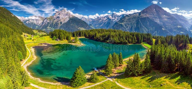 Arnisee z Szwajcarskimi Alps Arnisee jest rezerwuarem w kantonie Uri, Szwajcaria, Europa obraz royalty free