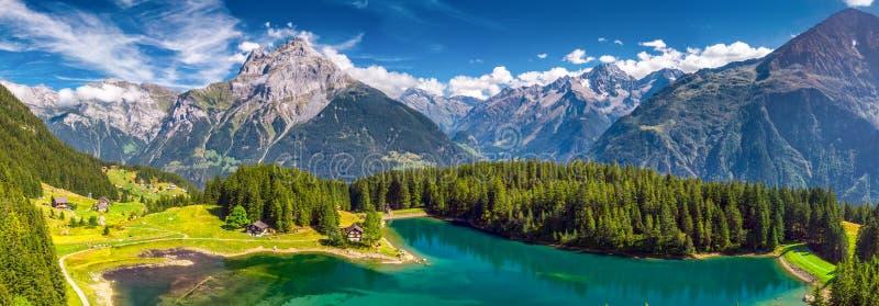 Arnisee z Szwajcarskimi Alps Arnisee jest rezerwuarem w kantonie Uri, Szwajcaria, Europa obrazy royalty free
