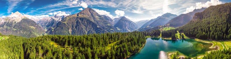 Arnisee z Szwajcarskimi Alps Arnisee jest rezerwuarem w kantonie Uri, Szwajcaria, Europa zdjęcia royalty free
