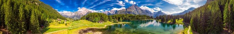 Arnisee z Szwajcarskimi Alps Arnisee jest rezerwuarem w kantonie Uri, Szwajcaria, Europa obraz stock