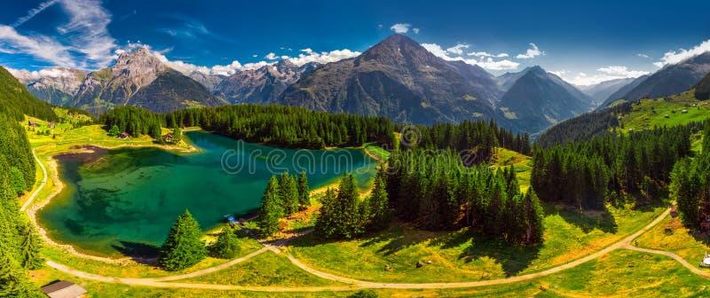 Arnisee z Szwajcarskimi Alps Arnisee jest rezerwuarem w kantonie Uri, Szwajcaria, Europa zdjęcie stock