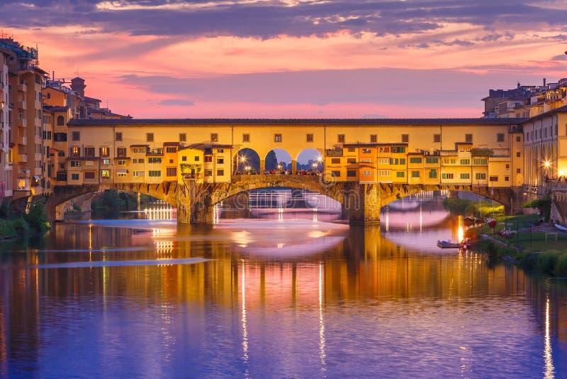 Arno e Ponte Vecchio al tramonto, Firenze, Italia immagini stock libere da diritti
