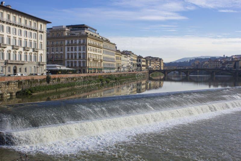 Arno flod i Florence med en liten kaskad royaltyfri bild