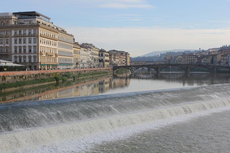 Arno flod i Florence med en liten kaskad royaltyfri foto
