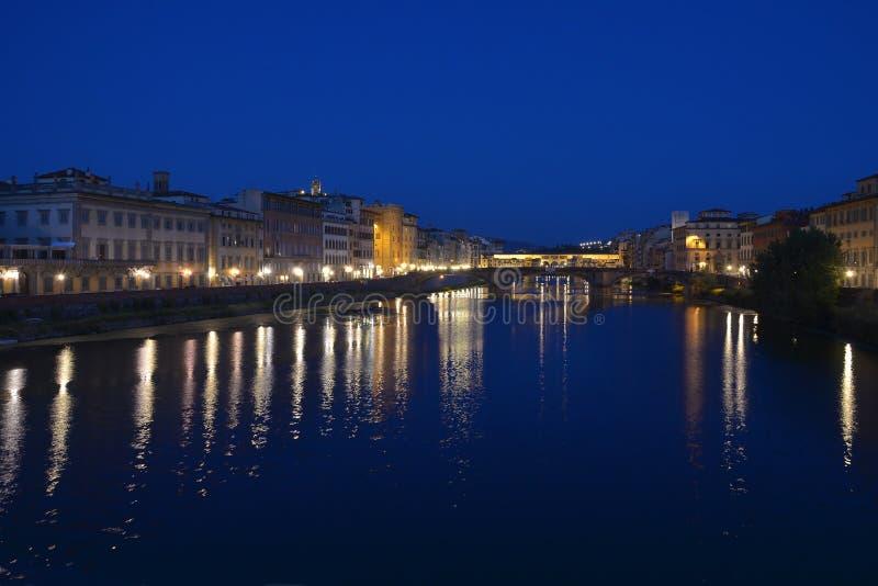Arno flod med Ponte Vecchio i Florence vid natt arkivfoton
