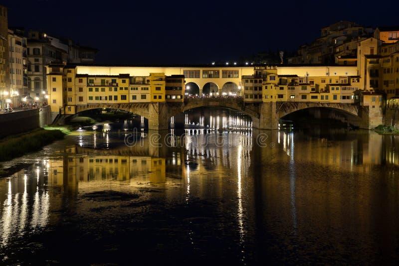 Arno flod med Ponte Vecchio i Florence vid natt royaltyfria bilder