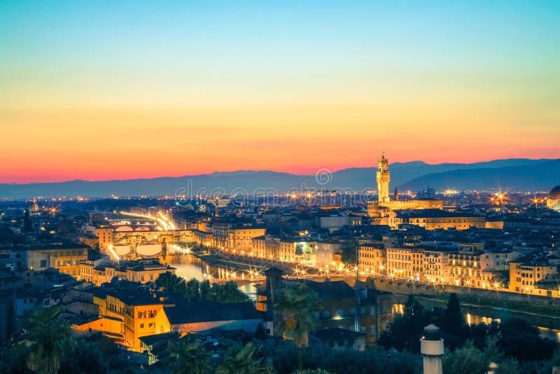 Arno flod och Ponte Vecchio panorama av Florence royaltyfri foto