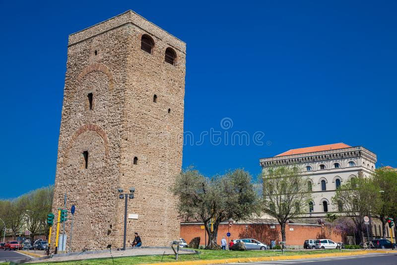 Arno flod och Torre della Zecca ett försvartorn av Florence på den östliga sidan av staden arkivfoton