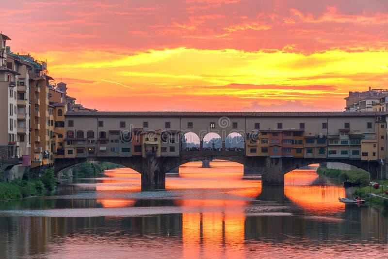 Arno och Ponte Vecchio på solnedgången, Florence, Italien royaltyfri bild