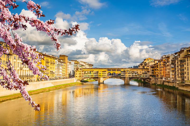 Arno River à Florence au ressort images stock