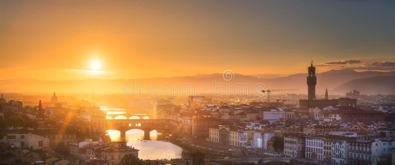 Arno River e basílica no por do sol Florença, Itália foto de stock royalty free