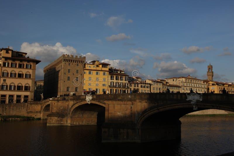 Arno River e il Ponte Santa Trinita, Firenze, Italia immagini stock libere da diritti