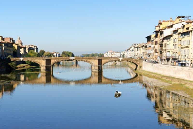 Arno River e Ponte Santa Trinita a Firenze, Italia fotografia stock
