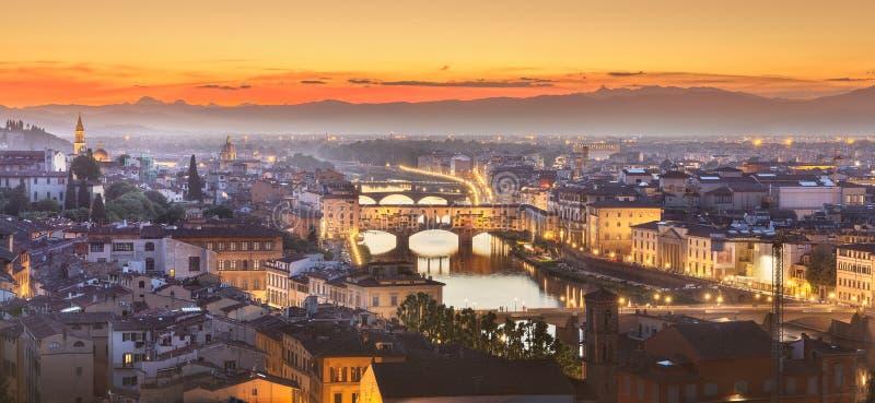 Arno River et basilique au coucher du soleil Florence, Italie images stock