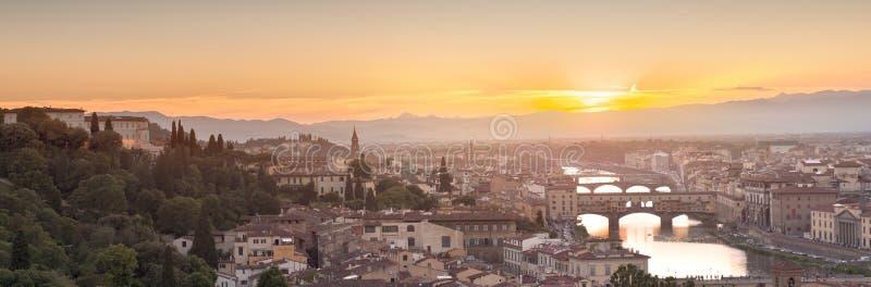 Arno River et Ponte Vecchio au coucher du soleil, Florence photo libre de droits
