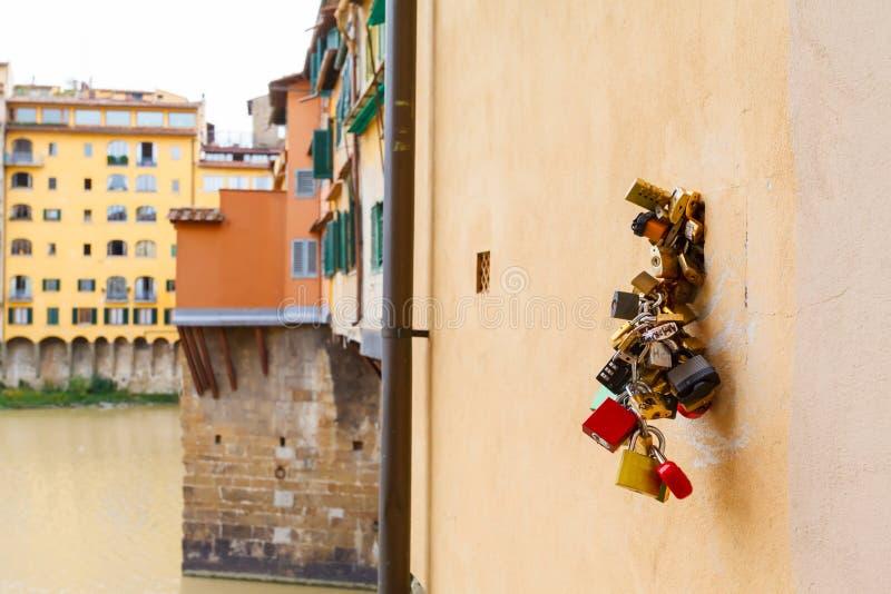 Arno River och broar Santa Trinita royaltyfria bilder