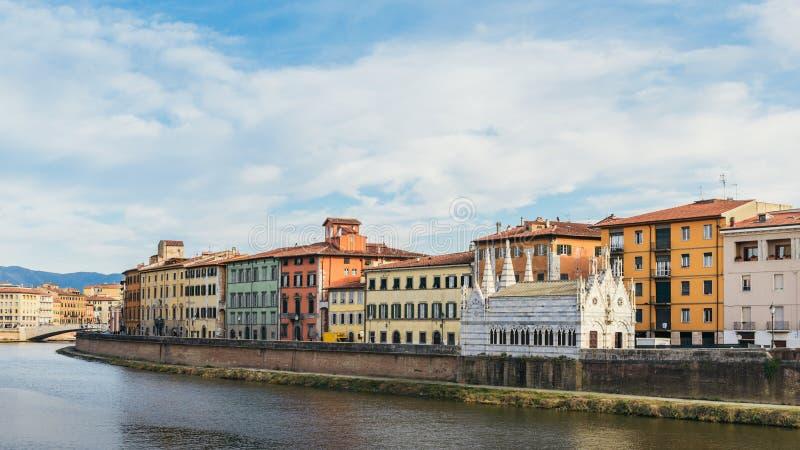 Arno River och Santa Maria della Spina Church i Pisa, Italien royaltyfria bilder
