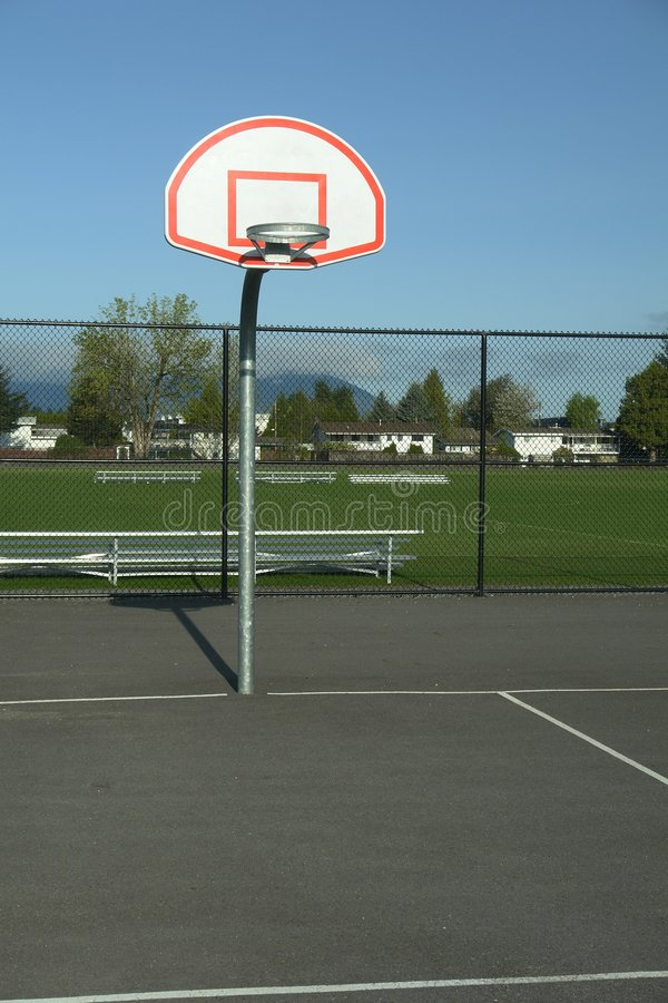 Aro ao ar livre do campo de básquete fotografia de stock