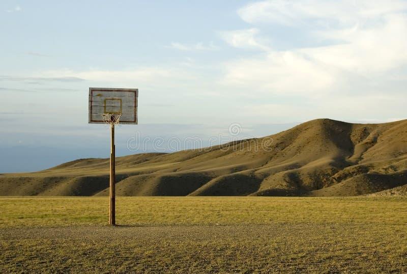 Aro de Backetball no deserto foto de stock royalty free