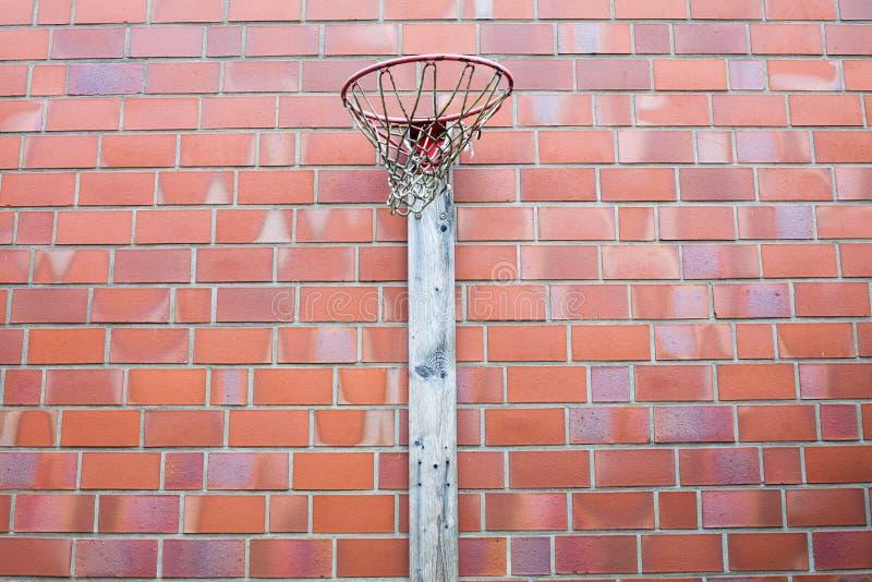 Aro de baloncesto al aire libre en una pared de ladrillo roja fotos de archivo libres de regalías