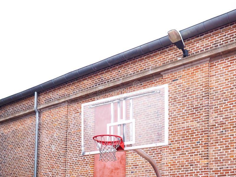 Aro de baloncesto al aire libre público imagen de archivo libre de regalías