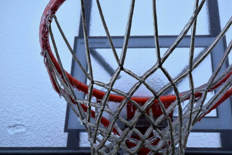 Aro de baloncesto congelado imagenes de archivo