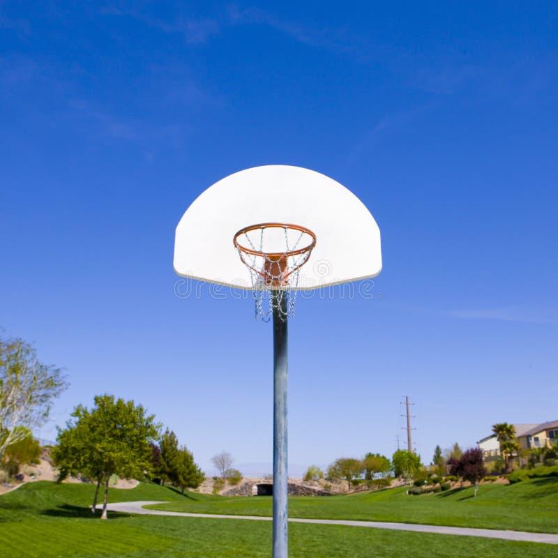 Aro de baloncesto en parque fotos de archivo