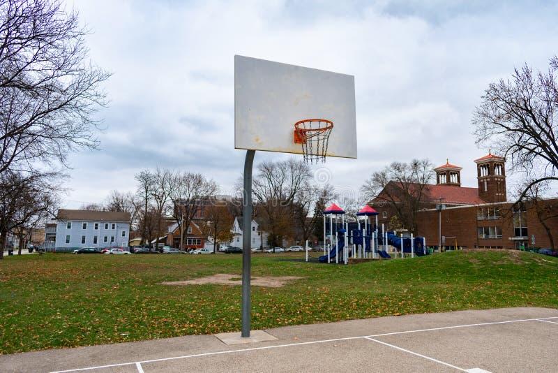 Aro de baloncesto en un parque del Mid West en un día frío fotografía de archivo libre de regalías