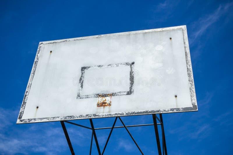 Aro de baloncesto roto fotos de archivo