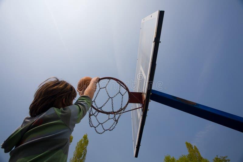 Aro de baloncesto y cuenta del muchacho fotografía de archivo
