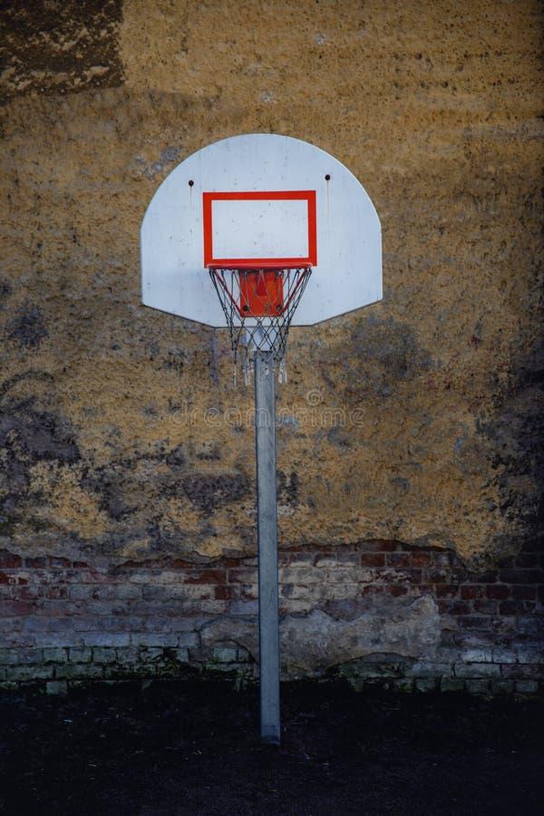 Aro de basquetebol em áreas urbanas no fundo da parede imagem de stock royalty free