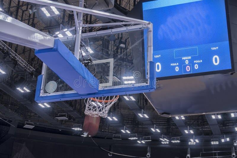 Aro de basquetebol em uma arena do basquetebol profissional fotografia de stock