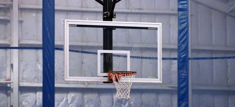 Aro de basquetebol no centro de esportes da comunidade foto de stock royalty free