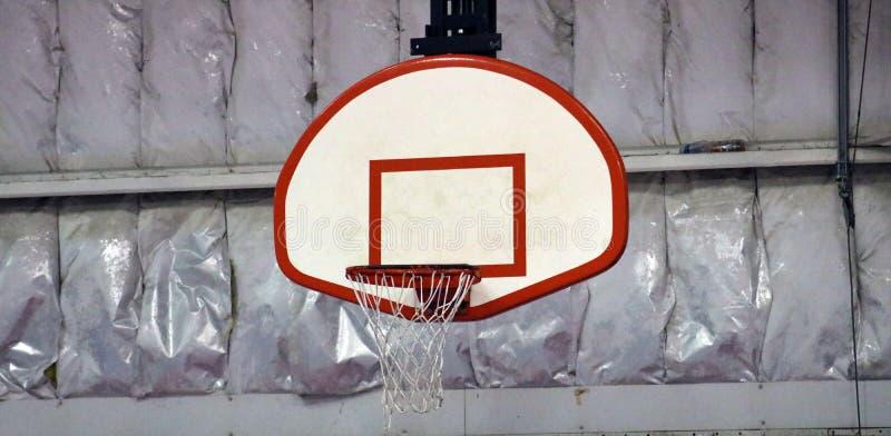 Aro de basquetebol no centro de esportes da comunidade imagem de stock royalty free
