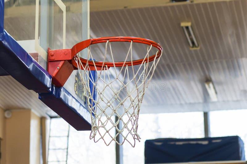 Aro de basquetebol no gym imagem de stock