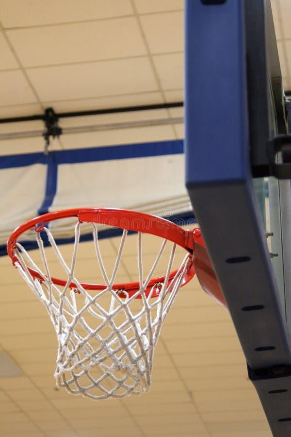 Aro de basquetebol no Gym fotografia de stock