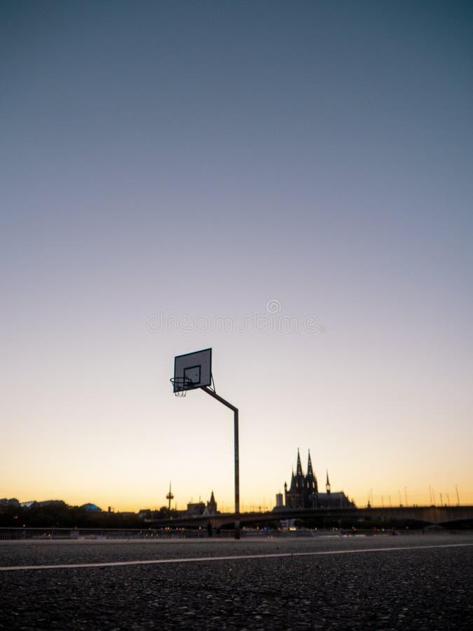 Aro de basquetebol urbana com skyline da água de Colônia, Alemanha, no backg foto de stock royalty free