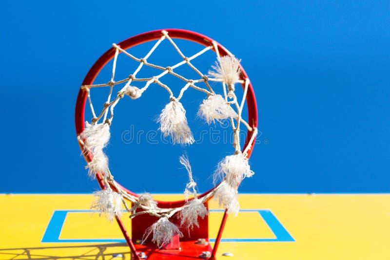 Aro de basquetebol vermelha contra um c?u azul foto de stock royalty free